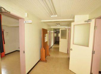 待合室から奥へ続く廊下。