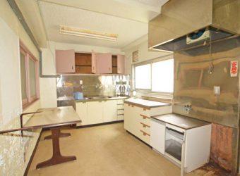 ここは調理室でしょうか。料理運搬用の小さいエレベーターも造られていますよ。