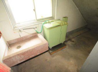 北側の階段下に洗濯室。