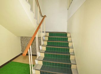 玄関正面の階段から二階へ上がりましょう。