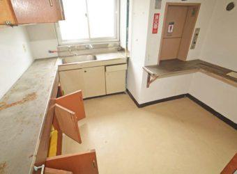 二階の調理室。右奥に見えるのがエレベーター。